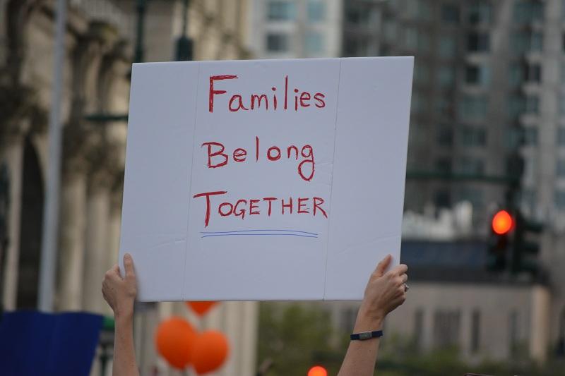 """Lights4Liberty, manifestação em Nova York do dia 12 de julho. Cartaz diz: """"Famílias devem ficar juntas"""". Foto: Christopher Penler / Shutterstock.com"""